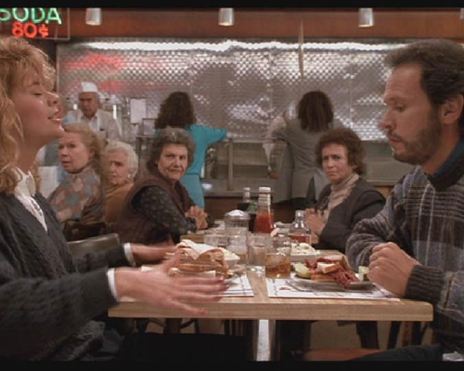 """05. Kat'z Delicatessen: Sally e Harry – Feitos um para o outro - Foi nesse restaurante é super famoso pelo seu sanduíche de pastrami (recomendamos!) que foi rodado a cena do filme em que a personagem da Meg Ryan simula um orgasmo dentro da lanchonete enquanto saboreia um sanduíche. O mais legal é que, desde então, a mesa ocupada na gravação tem um recadinho para quem senta nela: """"Where Harry met Sally...hope you have what she had!"""".Endereço: 205 Houston Street"""