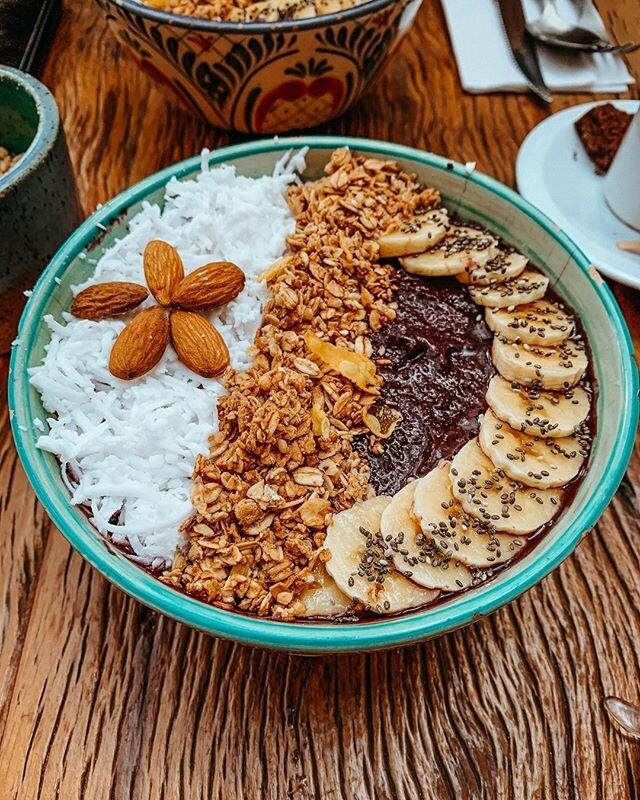 Amamos passear pela cidade de #SãoPaulo. Sério gente, tem tanta opção de passeios e principalmente #comida!! Uma das vezes que estávamos por lá conhecemos a @casagraviola .. ambiente super gostoso! A nossa escolha foi um bowl de açaí.. um dos melhores que já provamos! #blogvemgente